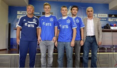 Kokorin, Denisov et Zhirkov posent avec leur nouveau maillot, celui du Dinamo